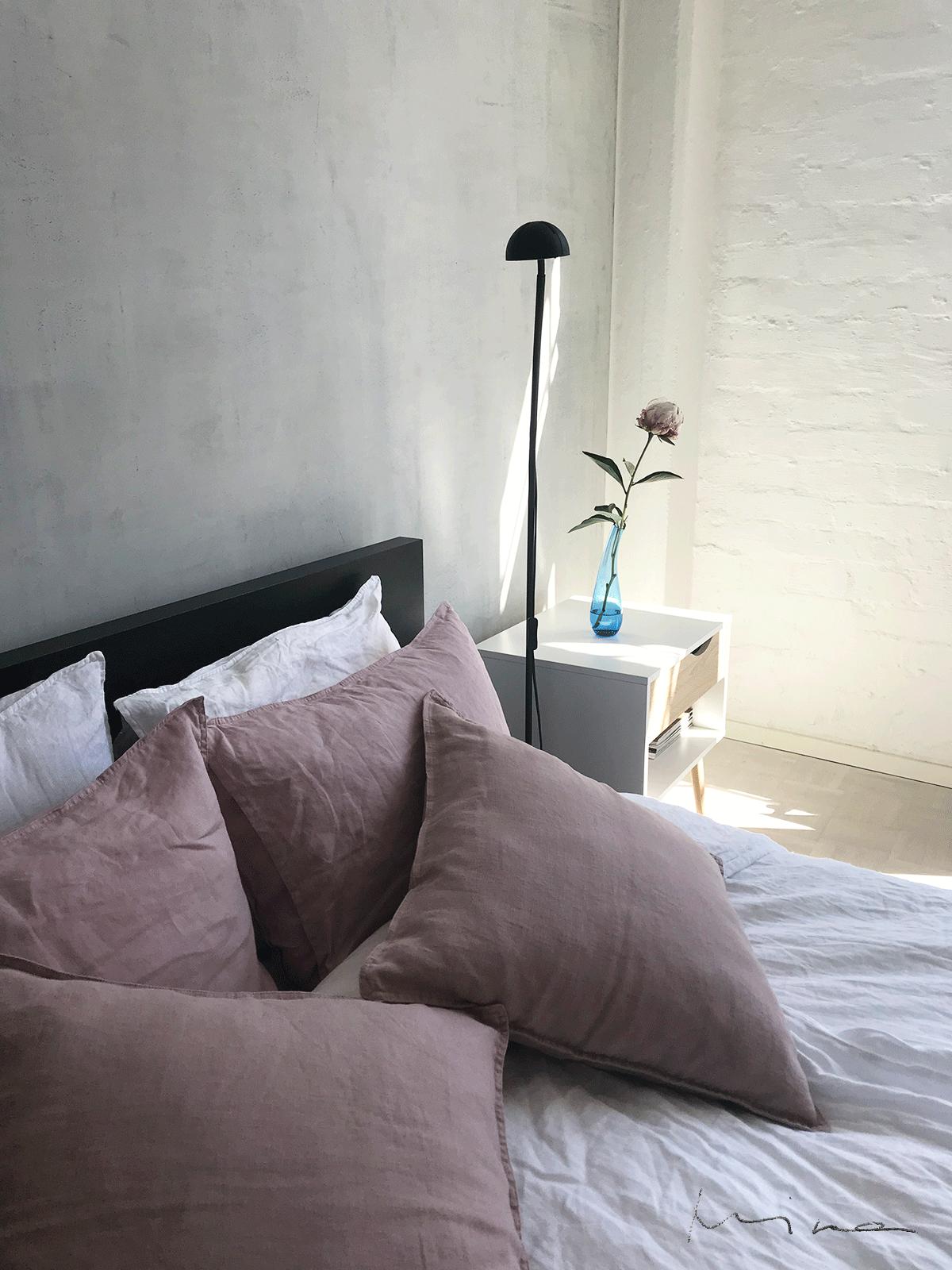 Vaaleanpunaiset tyynyliinat makkarissa
